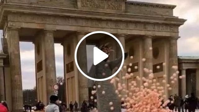 Tourists Are Watching Giant Perform With Plastic Balls - Video & GIFs | Nature & Travel, travel, men and women fashion, fashion shoes